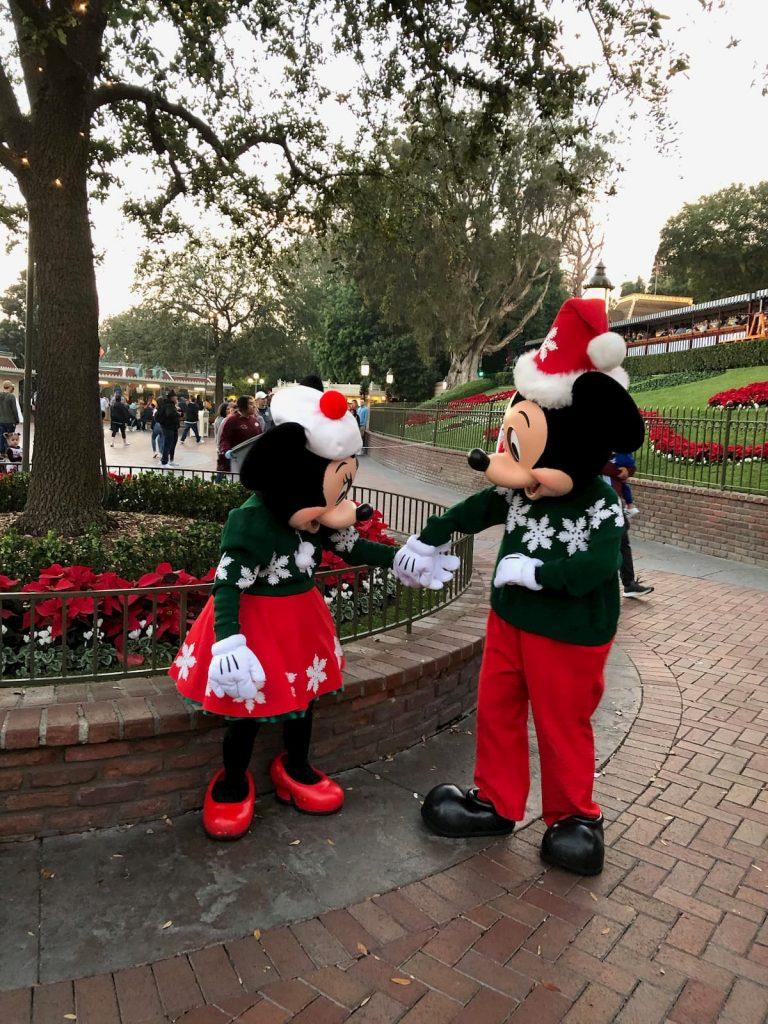 mickey-minnie-disneyland-2019-christmas-holding-hands