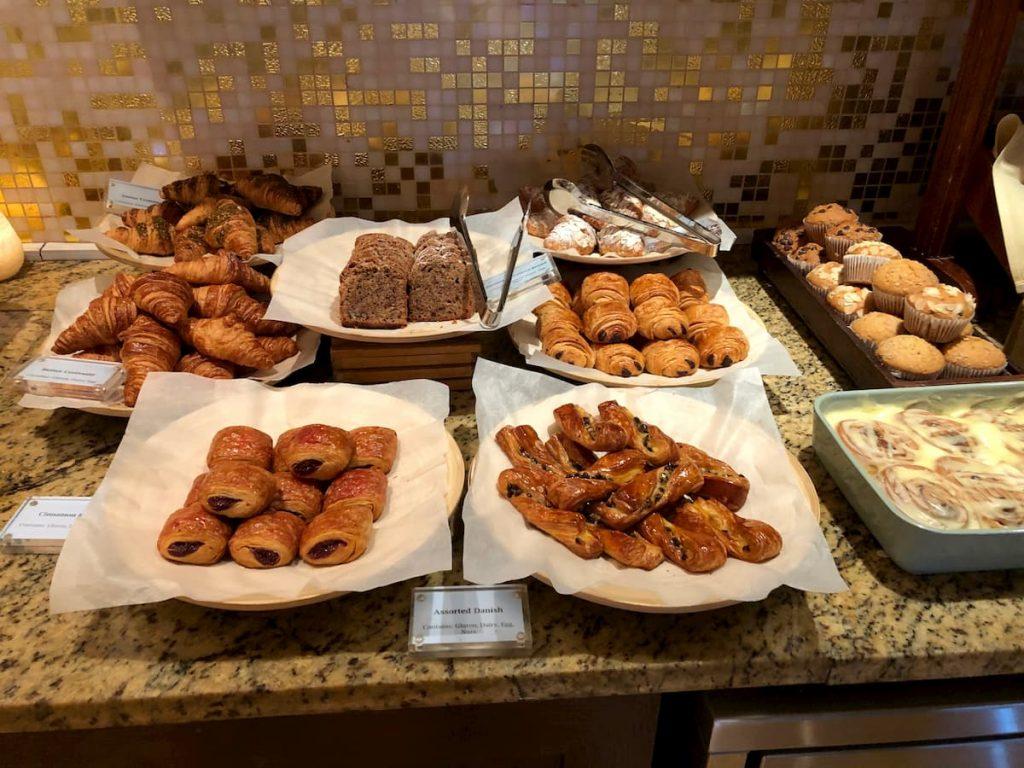 ritz-carton-dubai-breakfast-club-lounge-pastries