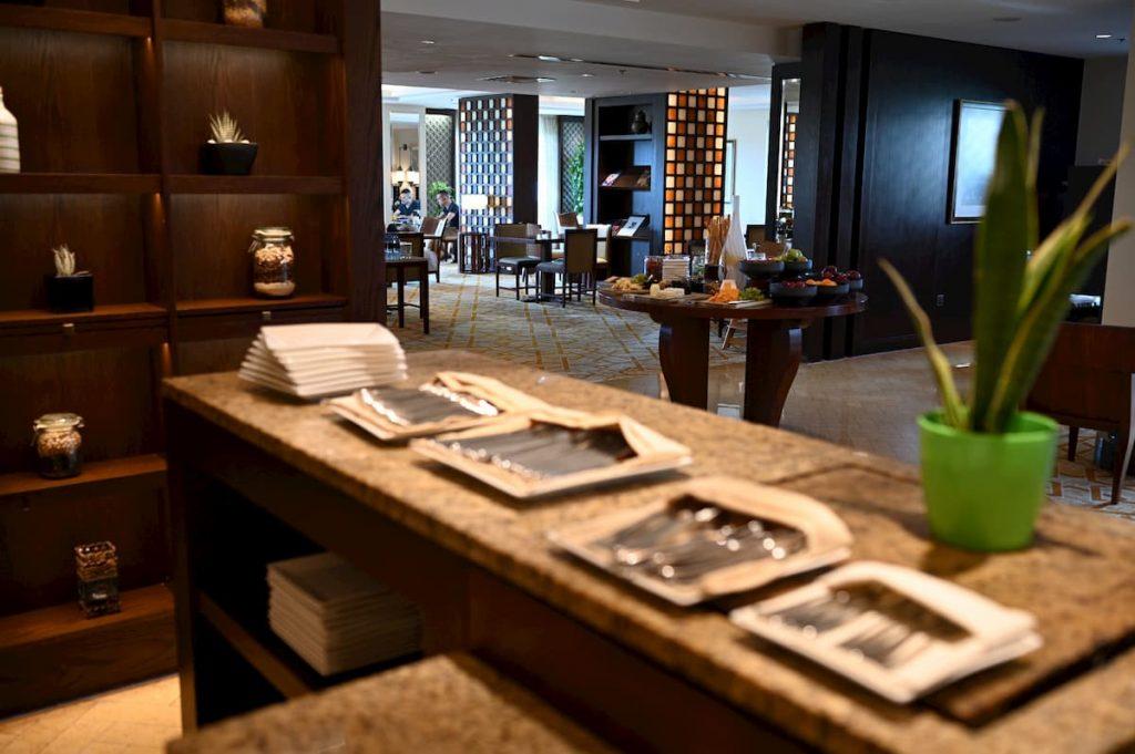 ritz-carton-club-lounge-utensils