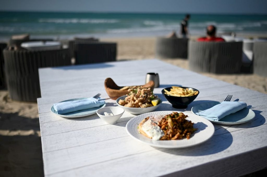 shimmers-beach-table-food