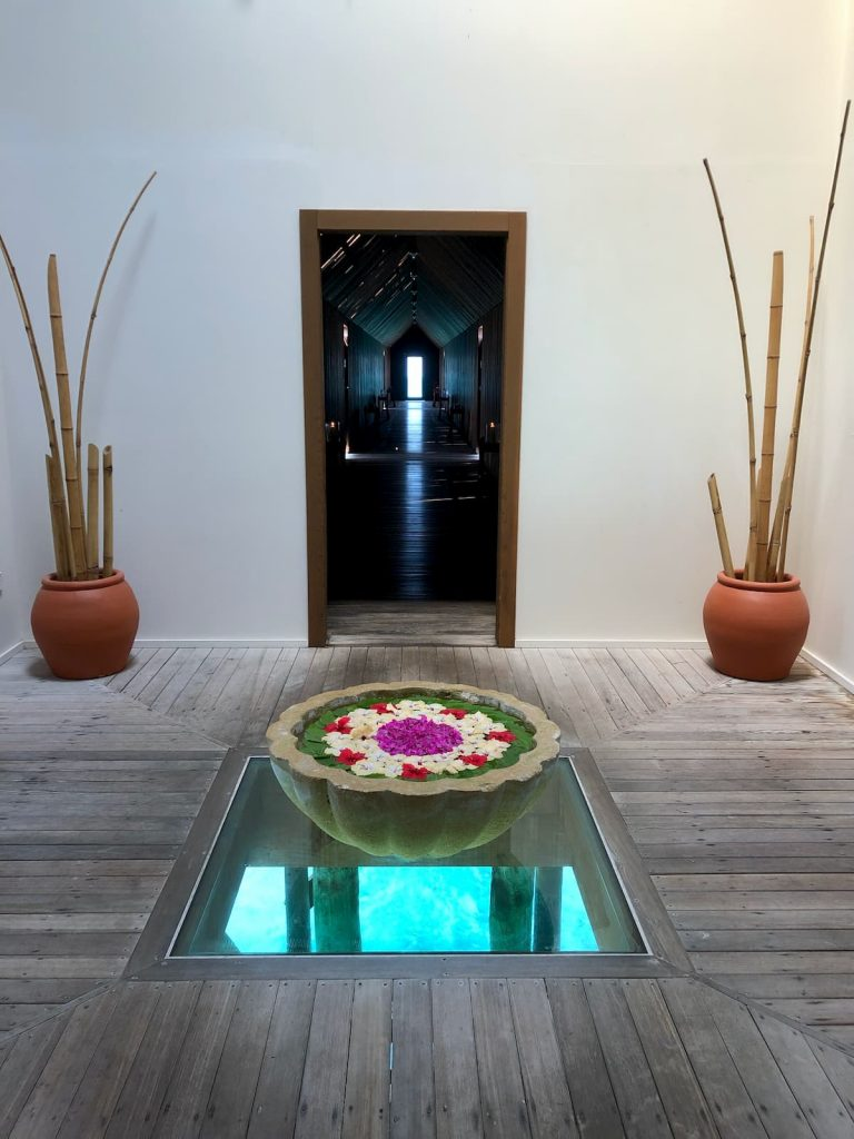 spa-maldives-hallway-fountain-flowers-floor-window-ocean